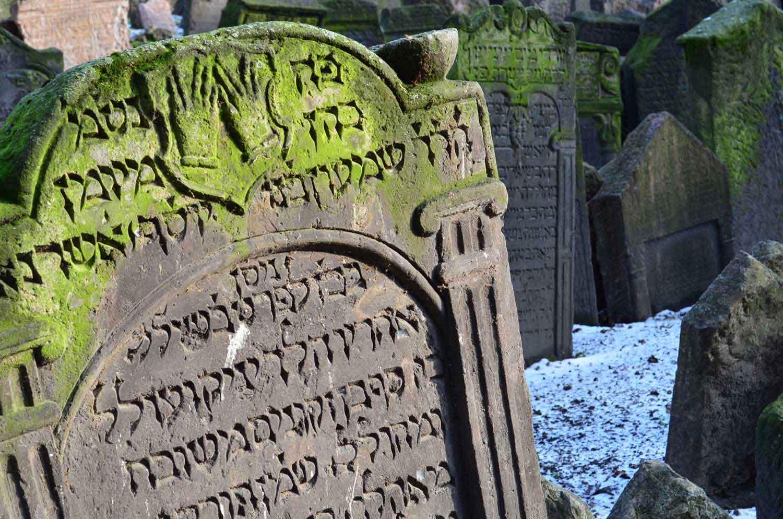 Detal żydowskiego nagrobku, ręce, Praga