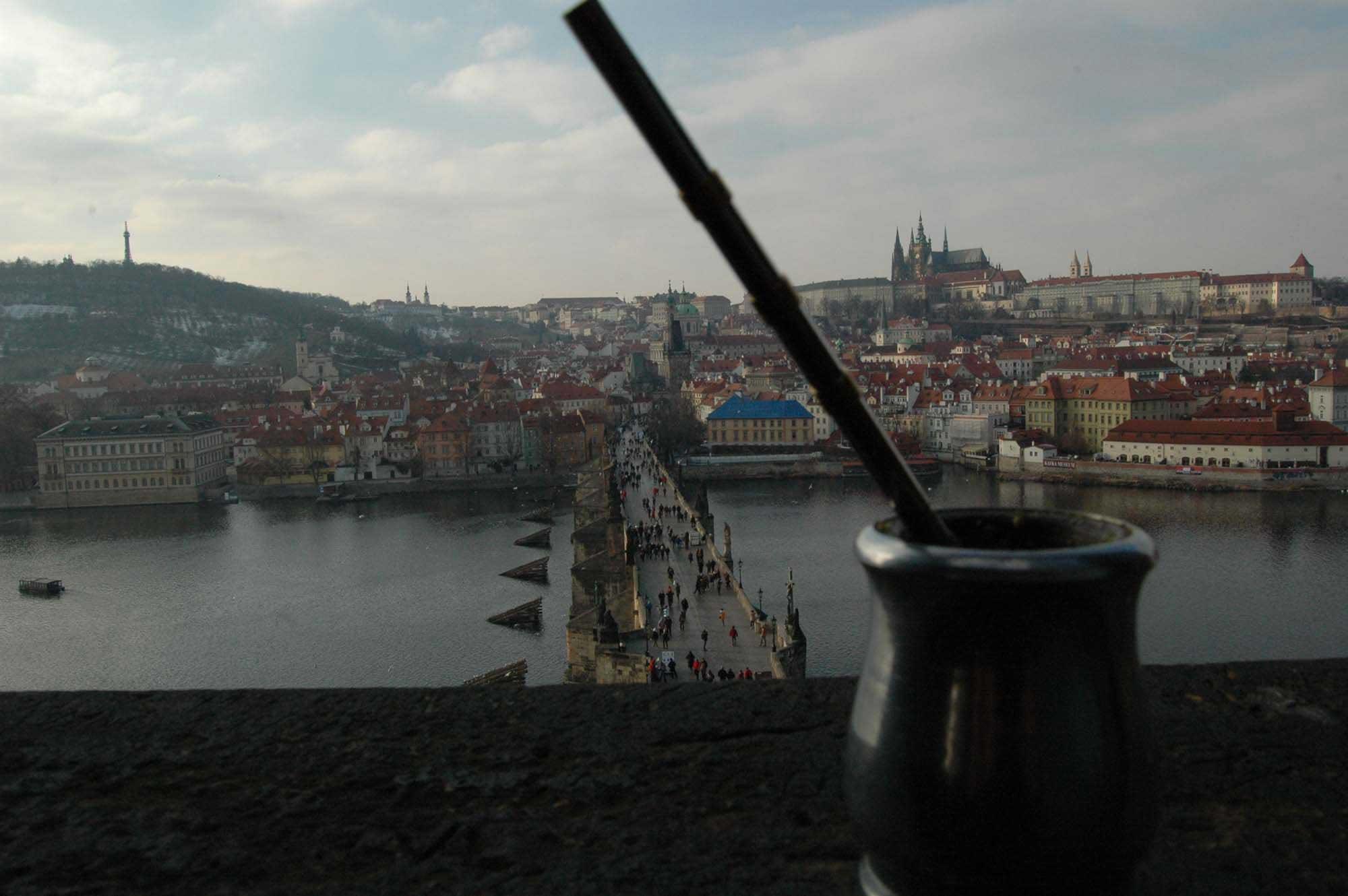 Mate stojąca na murku nad Mostem Karola