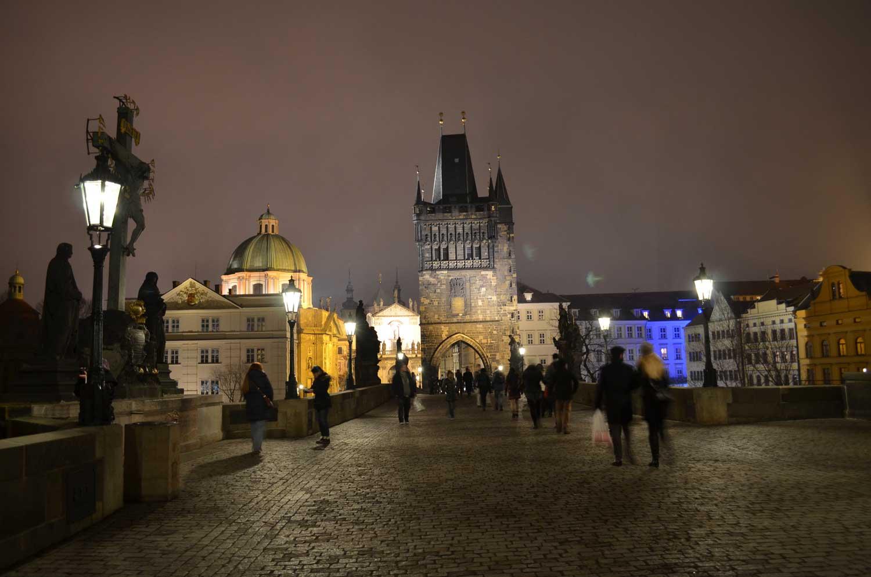 Wieczór na Moście Karola w Pradze