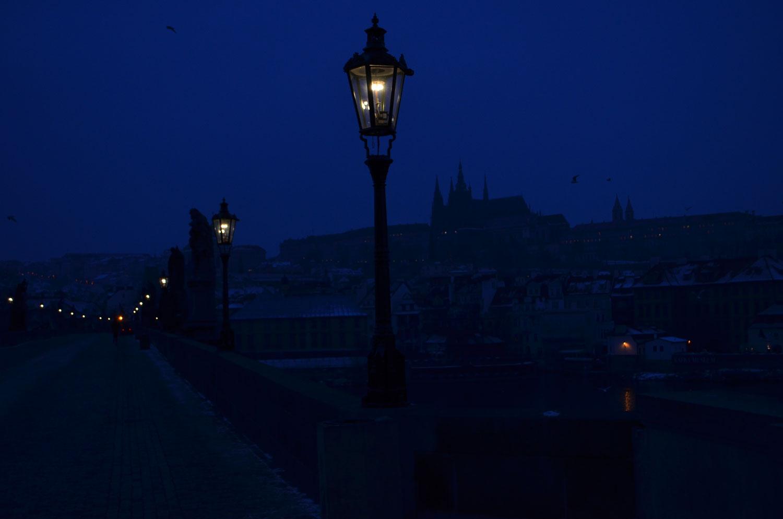 Pusty most karola przed wschodem słońca