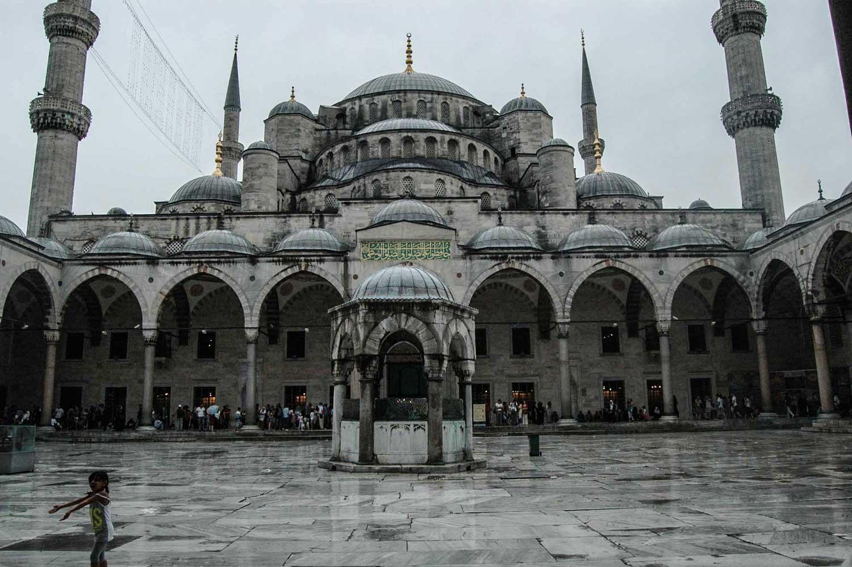 Dziedziniec meczetu błękitnego w deszczu, Stambuł